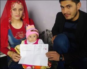 Picture: Mazlum and Songul Erol with their daughter — Photo via DIHA.